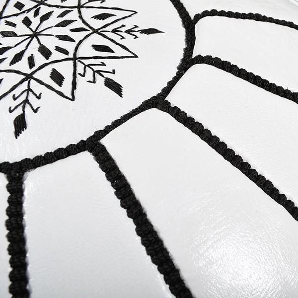 Pouf en cuir blanc avec arabesques noirs